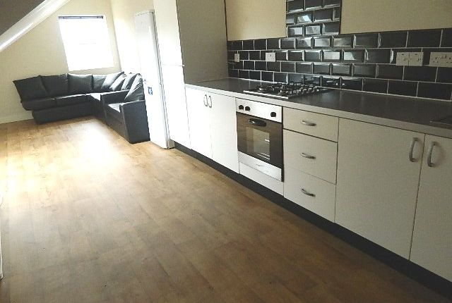 3 bed flat to rent in Heaton Road, Heaton