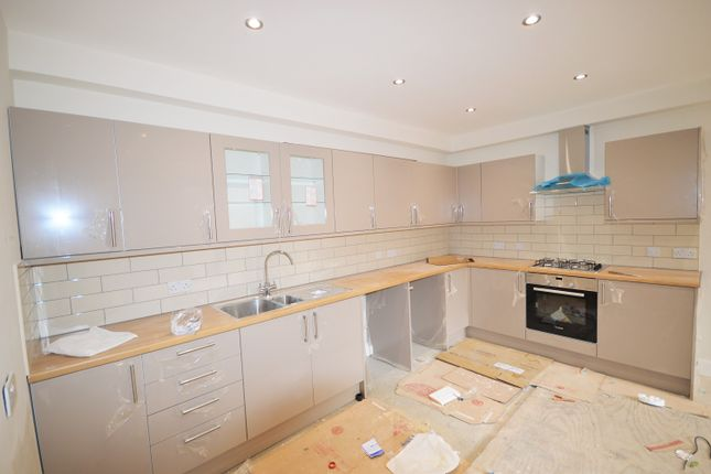 2 bed flat to rent in High Road, Leytonstone