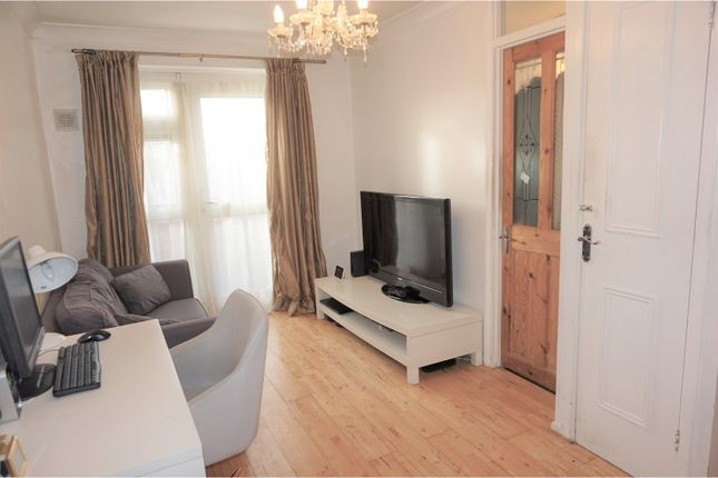 Thumbnail Flat for sale in Lowe Close, Chigwell