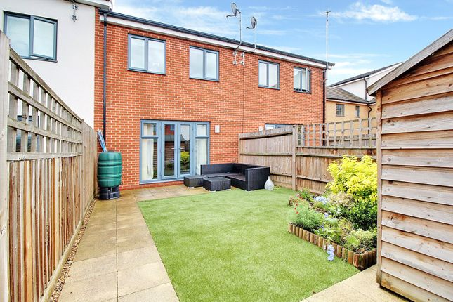 Picture No. 12 of Puffin Way, Reading, Berkshire RG2