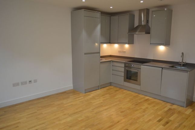 2 bed flat to rent in Barking Road, London