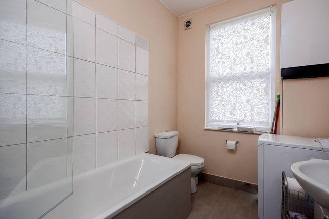 2 bed flat to rent in Devonport Road, Shepherd's Bush