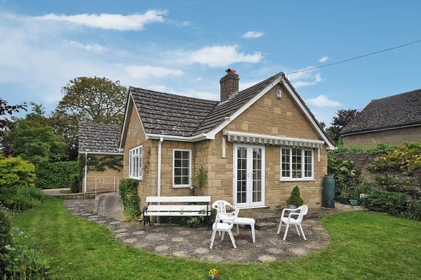 Thumbnail Bungalow to rent in Cherry Holt, Islip