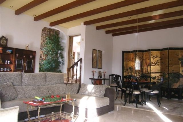 1 (8) Lounge And Dining Area