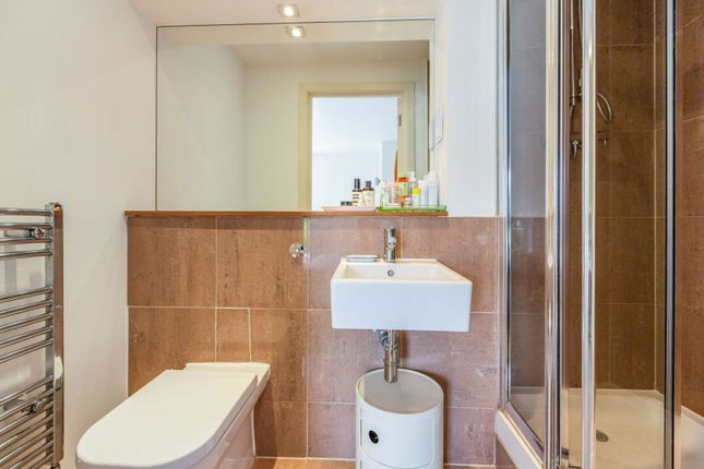 En-Suite of 9 Enfield Road, Islington N1
