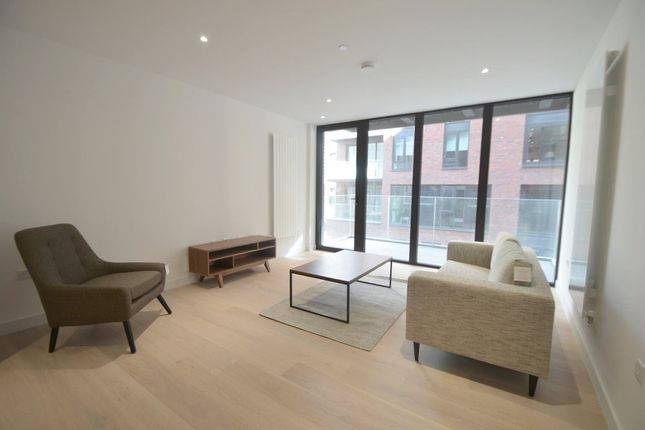 Flat to rent in Admiralty Avenue, London