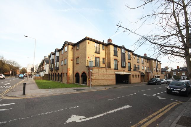 Flat to rent in Hardman Road, Kingston Upon Thames