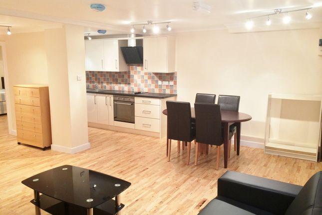 2 bed flat to rent in Greyhound Road, London