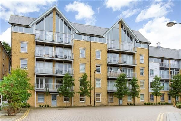 2 bed flat to rent in St. Andrews Close, Canterbury