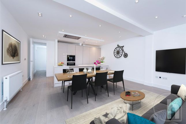 3 bed flat for sale in Ravenscroft Avenue, London