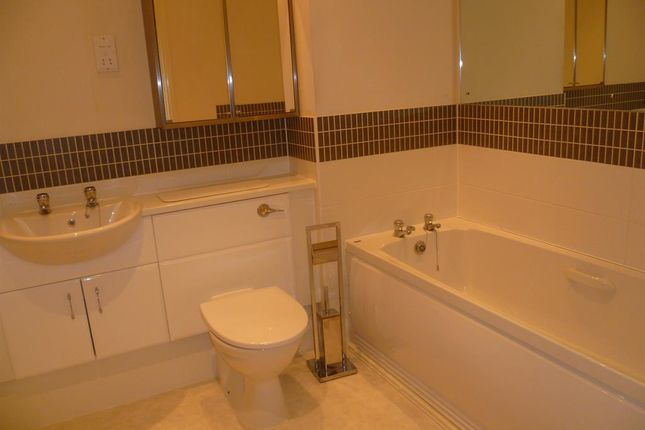2 bed flat to rent in Kensington Oval, Boathouse Field, Lichfield, Staffordshire