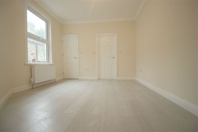 3 bed flat to rent in Lawton Road, London