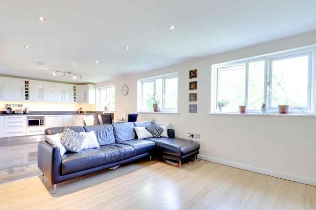 Thumbnail Flat for sale in Treetop Close, Luton