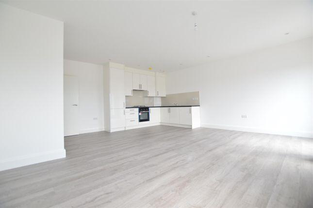 Flat to rent in Farnburn Avenue, Slough