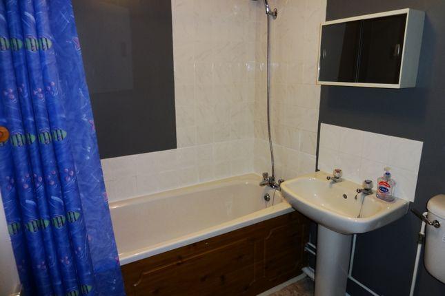 Bathroom: of Moorymead Close, Watton At Stone SG14