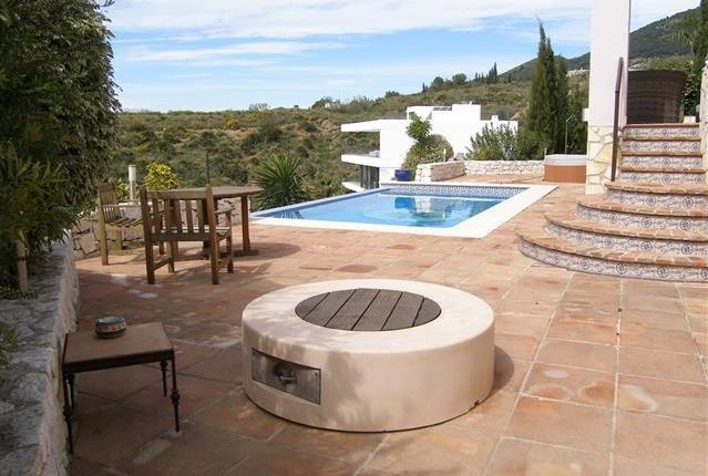 4 Pool And Terraces