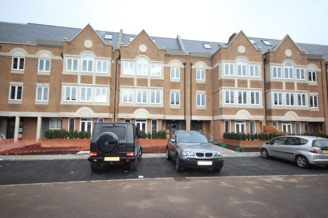 2 bed flat to rent in Walpole Court, Ealing Green, Ealing, London