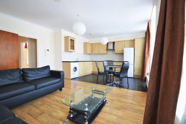 2 bed flat to rent in Turnpike Lane, London