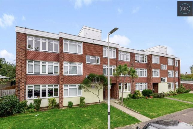 2 bed flat for sale in Torrington Road, South Woodford, London E18