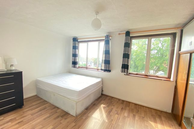 3 bed shared accommodation to rent in Inglewood Close, Hainault IG6