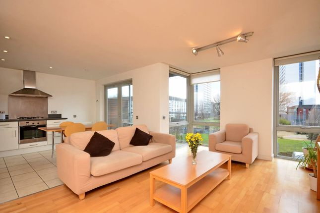 2 bed flat to rent in Hunt Close, Holland Park