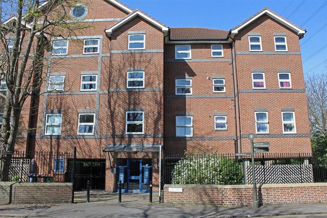 2 bed flat to rent in Byegrove Road, Colliers Wood, London