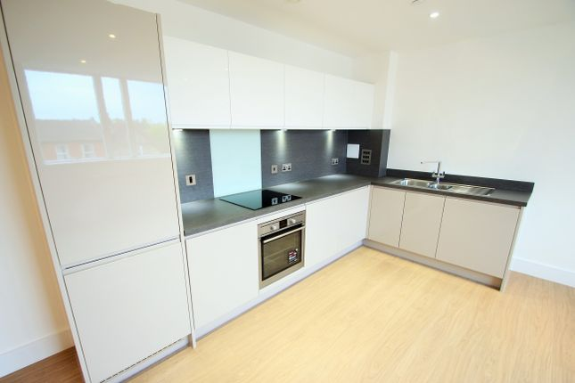 2 bed flat to rent in Pemberton Road, East Molesey KT8