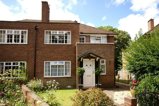 2 bed flat to rent in Linden Close, Thames Ditton KT7