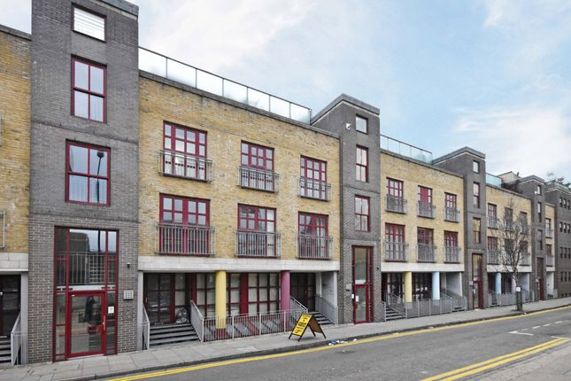 2 bed flat to rent in Quaker Street, London