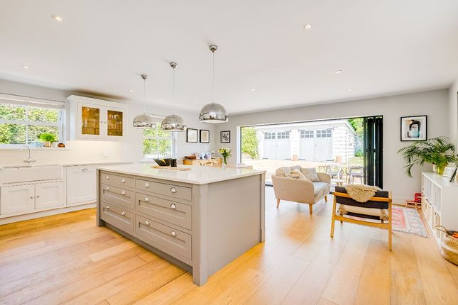4 bed detached house to rent in Hallam Road, Godalming, Surrey GU7