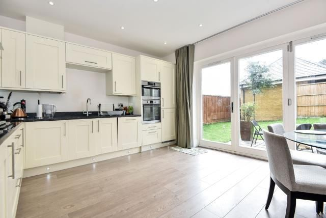 Thumbnail Town house to rent in Folly Hill Gardens, Maidenhead