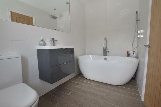 Contemporary En-Suite Bathroom