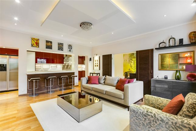 Thumbnail Flat for sale in Warwick Square, London