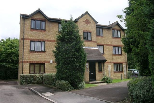 Thumbnail Flat to rent in Courtlands Close, Watford, Hertfordshire