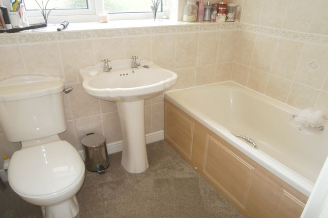 Bathroom/WC of Dickens Close, Galley Common, Nuneaton, Warwickshire CV10