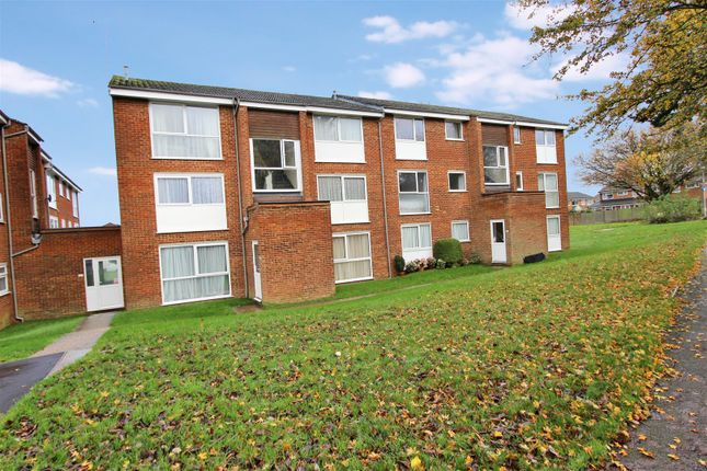 Thumbnail Flat to rent in Roydon Court, Hemel Hempstead