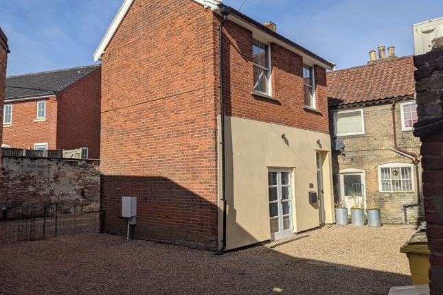 2 bed detached house to rent in High Street, Saxmundham, Suffolk IP17