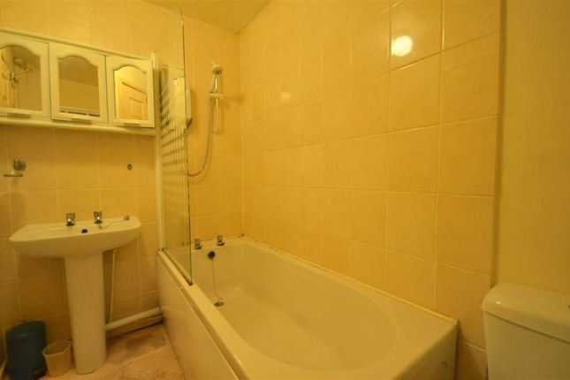 Flat for sale in Woodford Court, Gloucester