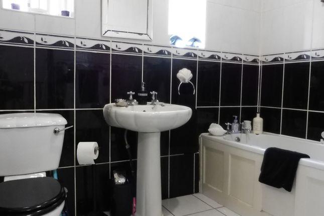 Family Bathroom of Rowms Lane, Swinton S64