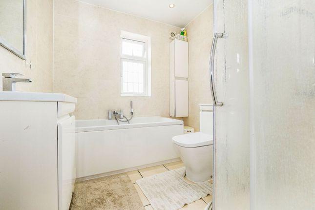 Bathroom of Selwyn Avenue, Ilford IG3
