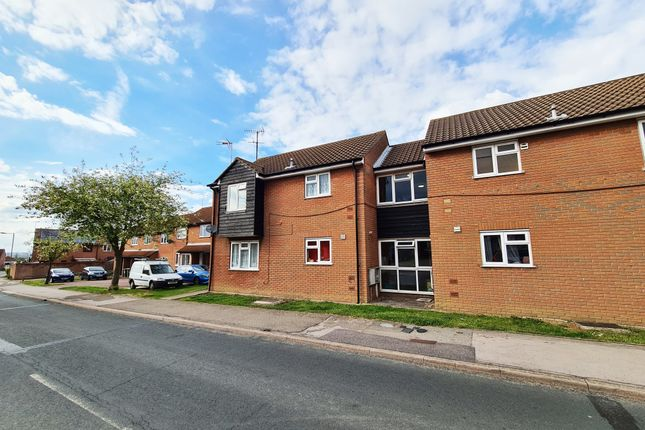 2 bed flat to rent in Bardfield Way, Rayleigh, Essex SS6
