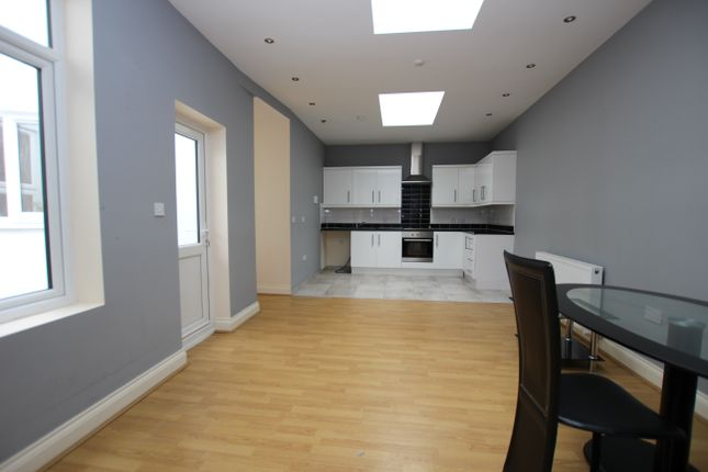Thumbnail Flat to rent in Brighton Road, Redhill