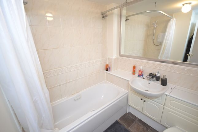 Bathroom of Castlefield Court, Millerston G33