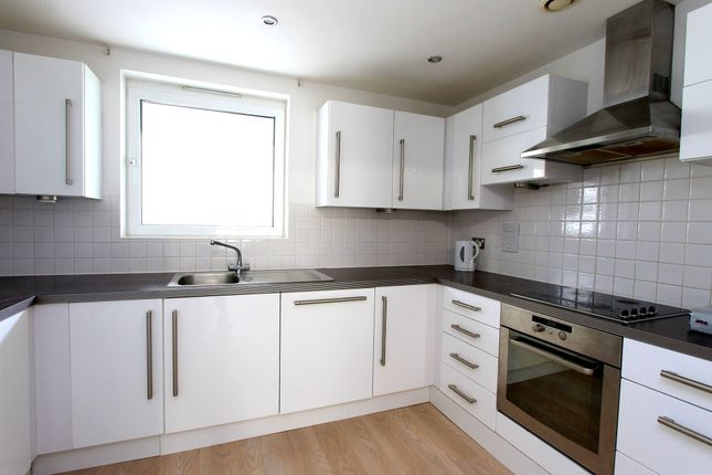 3 bed flat to rent in Sharpethorne Court, Brighton