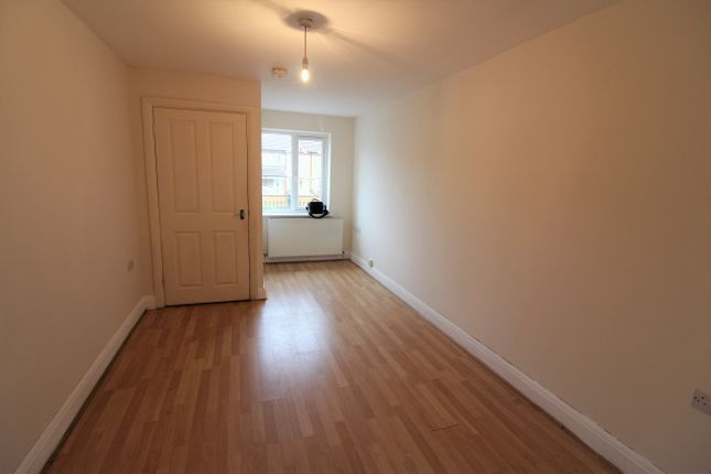 2 bed flat to rent in London Road, West Thurrock