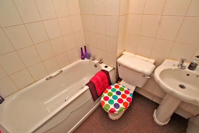 Bathroom of Stockdale Close, Arnold, Nottingham NG5