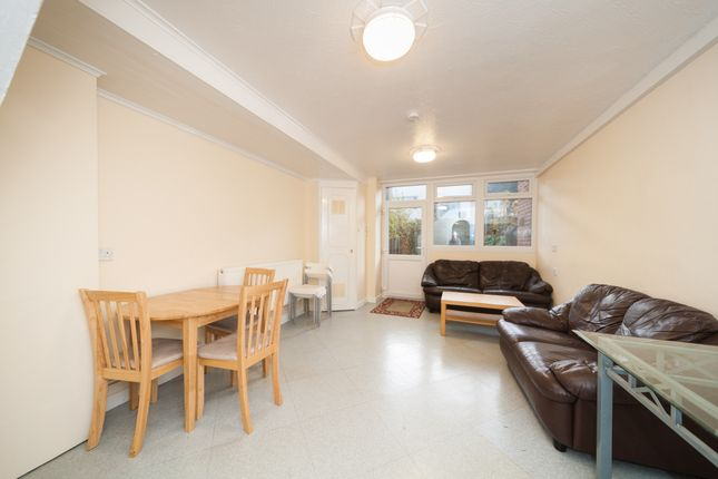 4 bed terraced house to rent in Old Ford Road, London