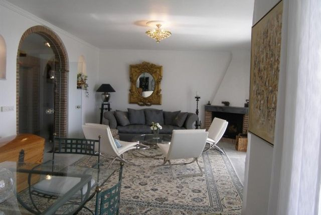 2. Lounge Area (3)