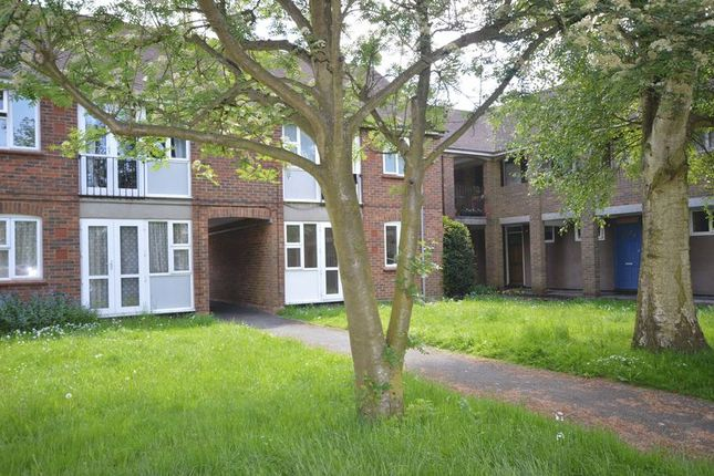 Thumbnail Flat to rent in Yew Tree Close, Beaconsfield