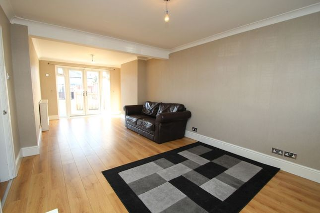 3 bed property to rent in Laburnum Walk, Hornchurch RM12
